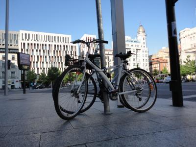 Dos mil once ruedas tocando el piano en la plaza de España