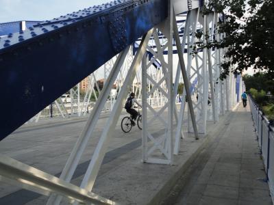 Dos mil once ruedas enredadas en el puente de Hierro
