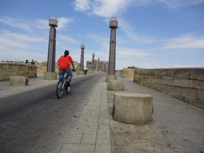 Dos mil once ruedas ascendiendo por el puente de Piedra